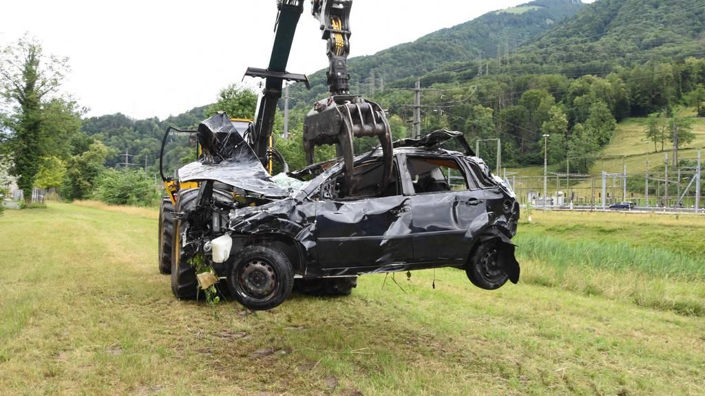 Polizeitaucher bergen Unfallauto aus Linthkanal