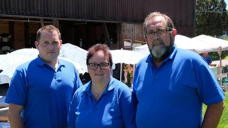 Zwei Generationen: Andreas Stalder, Monika Stalder und Markus Stalder zeigten und erklärten gestern, wie sie auf ihrem Hof produzieren.