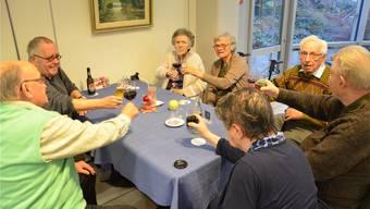Alkohol gibts auch im Altersheim: Am Stammtisch im Alterszentrum Brugg wird mit Wein, Bier, aber auch Cola oder einem Milchshake angestossen. jam
