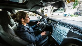 Milena Pfister in ihrem Tesla Model S;Für einmal schlüpft sie in die Rolle der Pilotin. Im eigentlichen Job leitet sie den Aufbau des «Club of Streez» in Baden.