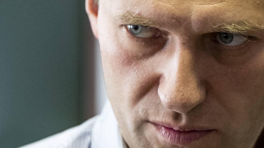 ARCHIV - Nawalny war am 20. August von einem Flug von Tomsk nach Moskau zusammengebrochen. Foto: Pavel Golovkin/AP/dpa