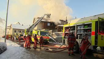 In Weisslingen ist ein ehemaliges Bauernhaus in Brand geraten. Gemäss ersten Einschätzungen der Kantonspolizei Zürich entstand ein Schaden von mehreren Hunderttausend Franken.