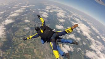 Sprung aus dem Flugzeug aus 3800 Meter Höhe