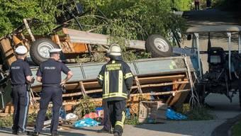 Zwei Dutzend Menschen fuhren mit: Die beiden Anhänger des Traktorunfalls waren mit Festbänken und Tischen bestückt.
