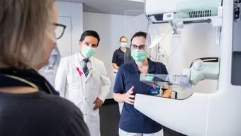 Chefarzt Prof. Dr. med. Carlos Buitrago Tellez und Antonija Pizir, dipl. Radiologiefachfrau Kantonsspital Olten, setzen beim Mammografie-Screening ein neues modernes Gerät ein