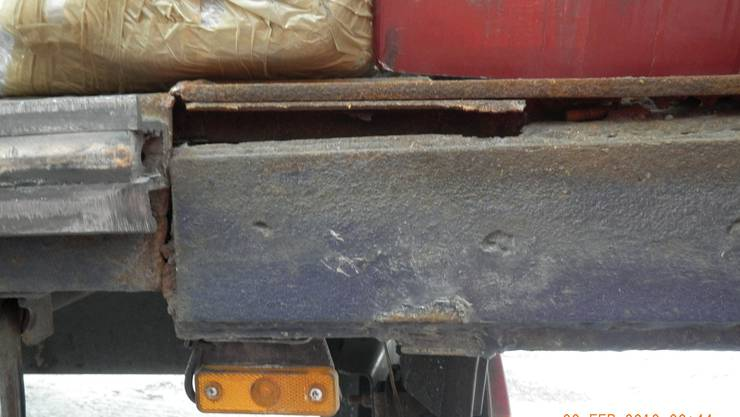 Gebrochener Rahmen, verrosteter Aufbau: Aus dem Verkehr gezogener Lastwagen