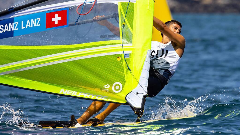 Mateo Sanz Lanz ist im Windsurfen hervorragend in die olympische Regatta gestartet