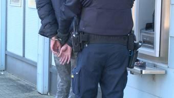 Ein grosser Polizeieinsatz fand heute im solothurnischen Gerlafingen statt. Das, weil ein Mann den Sanitätern massiv drohte, die ihm lediglich helfen wollten.