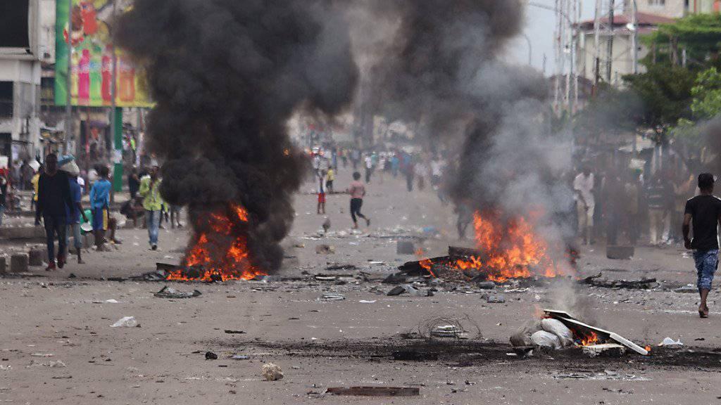 Polizisten im Kongo sollen nach Angaben der Opposition über 50 Menschen bei einer Anti-Regierung-Kundgebung in der Hauptstadt Kinshasa getötet haben.
