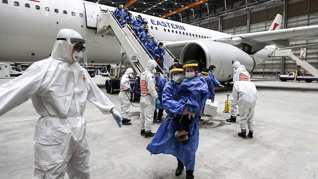 China meldet am Montag, dass zahlreiche Neuerkranken mit dem Coronavirus auf Rückkehrer aus dem Ausland zurückzuführen seien.