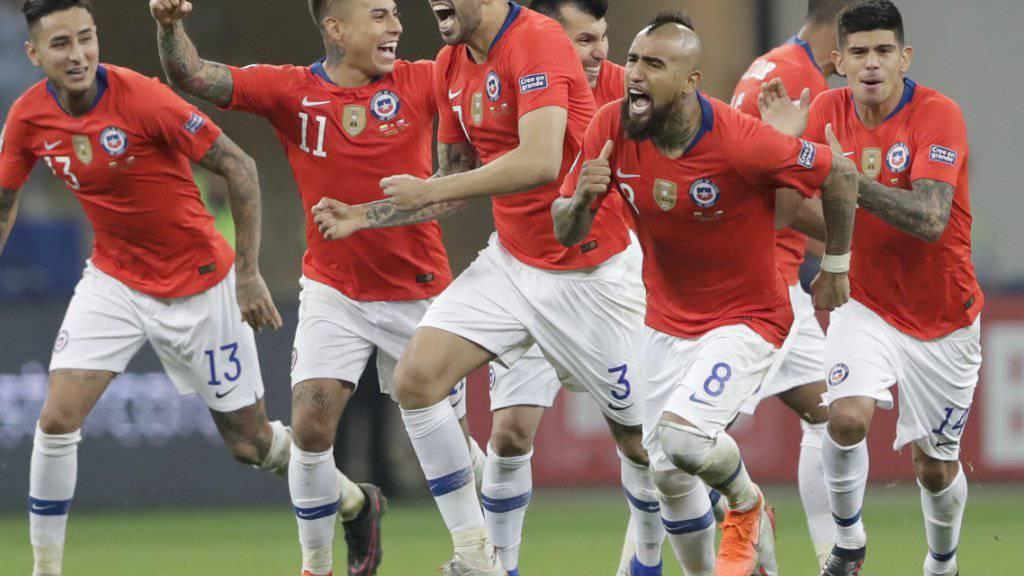 Die chilenischen Spieler freuen sich über den Halbfinal-Einzug