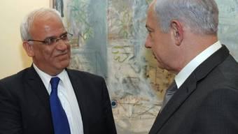 Benjamin Netanjahu (rechts) schüttelt die Hand von Saeb Erekat