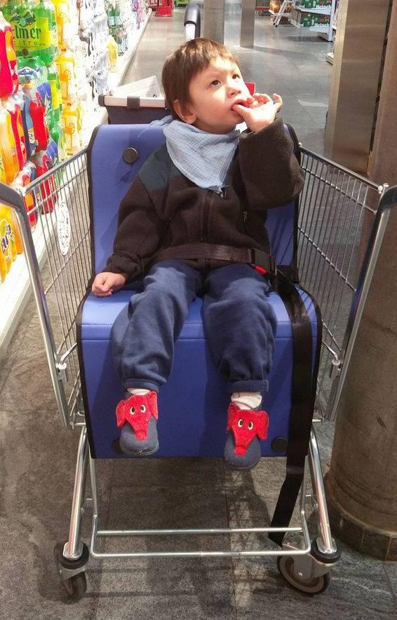 Arden beim Einkaufen im Ben's Cart.