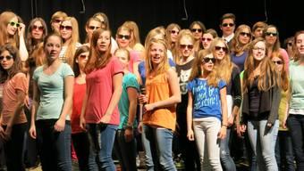Liedvorträge der zehn Solistinnen brachten einen Hauch von «The Voice of Switzerland»-Atmosphäre in den Saal