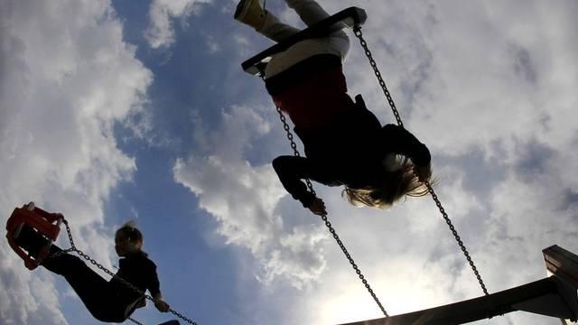 Chantal Schlatter möchte den veralteten Kinderspielplatz auf dem Schulareal von Obermumpf aufwerten. (Symbolbild)