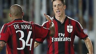 Milans De Jong gratuliert Torres zum 1:2-Anschlusstreffer