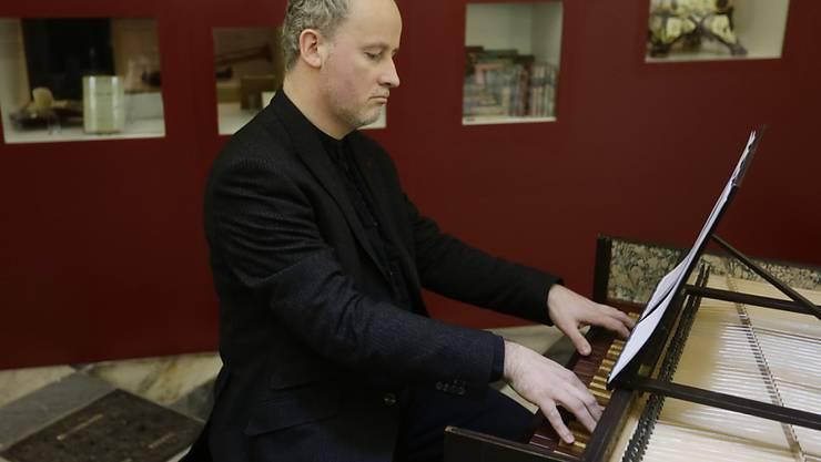 Lukas Vendl spielte am Dienstag in Prag bei einer Medienkonferenz auf dem Cembalo das Stück vor, das von Mozart und Salieri komponiert worden sein soll und 200 Jahre lang verschollen war.