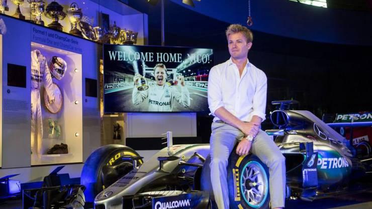 Formel-1-Weltmeister Nico Rosberg sitzt auf seinem Weltmeisterwagen, einem Mercedes F1 W07 Hybrid, im Mercedes-Benz Museum in Stuttgart. Museen sind sonst nicht so sein Ding. Allenfalls das Porsche-Museum würde er sich noch anschauen.