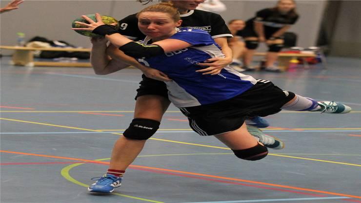 Jenny Kunze (HCDU) bekommt einen Penalty.