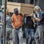 In Guayaquil, Ecuador, werden die Leichen in Pappsärgen eingesammelt.