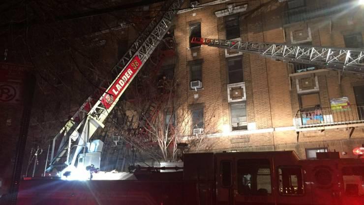 Über 160 Feuerwehrleute im Einsatz: Ein Brand in einem mehrstöckigen Haus im New Yorker Stadtteil Bronx forderte mehrere Todesopfer.