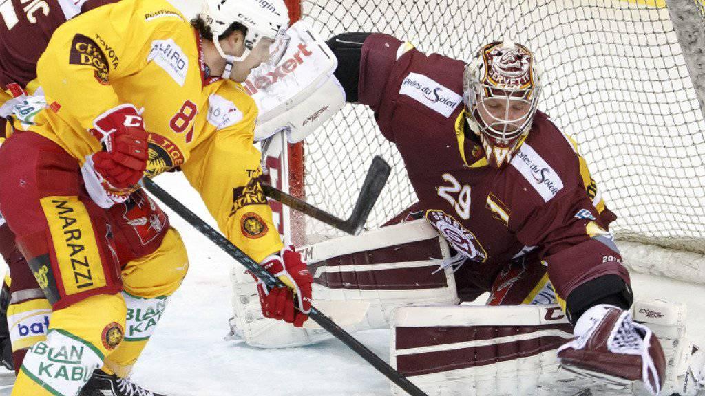 Genf-Servettes Goalie Robert Mayer pariert gegen Langnaus Jewgeni Schirjajew