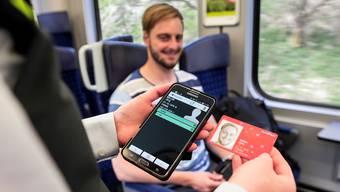 Der Swisspass muss mit Industrie-Smartphones gescannt werden. Die Kontrolleure von PostAuto Nordwestschweiz sind entsprechend ausgerüstet. (Symbolbild)