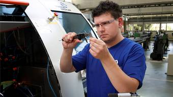Martin Wyder absolviert im Rahmen der Nachholbildung eine Berufslehre als Produktionsmechaniker.