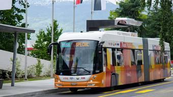 Der Hess-Bus Tosa an der Halt- und «Elektrotankstelle» in Genf.zvg