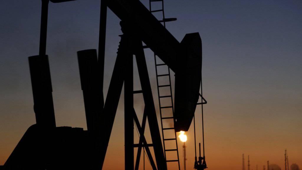 Schleppendes Wachstum: Vor allem Ölexporteure leiden unter den niedrigen Rohstoffpreisen. Im Bild eine Ölpumpe in Bahrain.