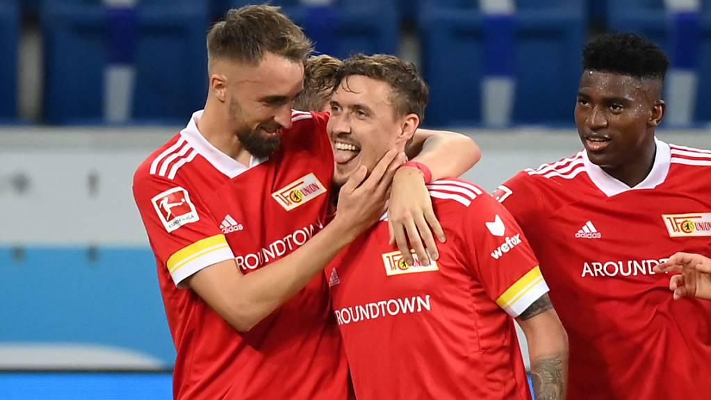 Von den Mitspielern geherzt: Union Berlins Max Kruse (Mitte) vergab am Sonntagabend zwar einen Bundesliga-Rekord, war aber trotzdem der Matchwinner.