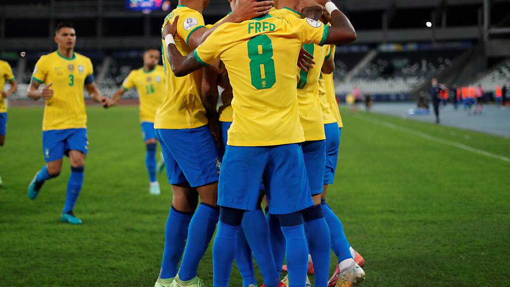 Die Brasilianer freuen sich über das letztendlich entscheidende 1:0