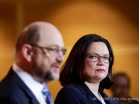 Sie soll nach Martin Schulz (l) die SPD führen: Andrea Nahles (r), gegenwärtig SPD-Fraktionsvorsitzende im Bundestag.