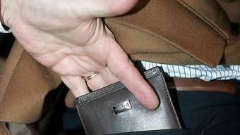 Dem 82-Jährigen wurde das Portemonnaie gestohlen. (Symbolbild)