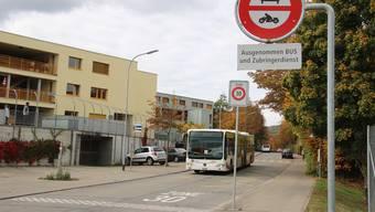 In der Pilgerstrasse sollen zwei Bushaltestellen auf Wanderung gehen. (Archiv)