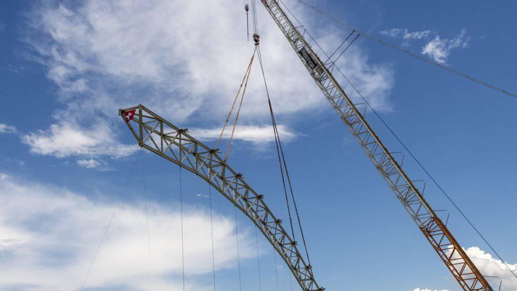 Am Mittwoch ist bei der Sondermülldeponie Kölliken AG der letzte Stützträger der Hallenkonstruktion abgebaut worden. Die 668 Millionen Franken teure Sanierung neigt sich langsam dem Ende zu.