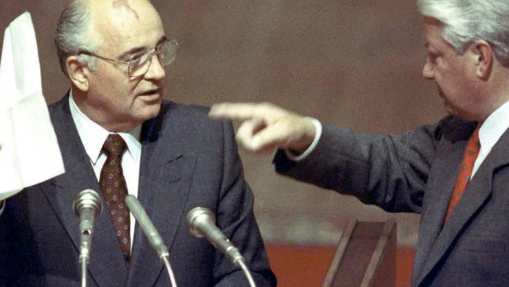 Damit fing es  1991 an: Der Machtkampf zwischen Sowjetpräsident Michail Gorbatschow (l.), der auch Chef der bisher allmächtigen Kommunistischen Partei der Sowjetunion (KPdSU) war, und dem frisch gewählten Präsidenten der russischen Teilrepublik, Boris Jelzin, beschleunigte den Zerfall des Imperiums.