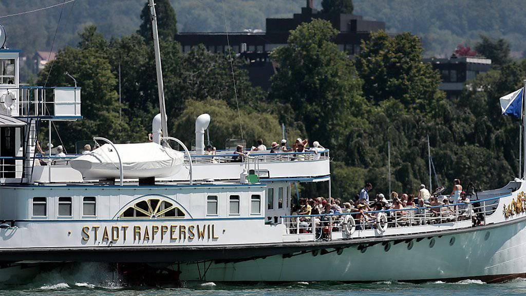 """Der Schaufelraddampfer """"Stadt Rapperswil"""" fällt für die restliche Saison aus - ein Maschinenschaden legt das 102-jährige Zürichsee-Schiff lahm. (Archivbild)"""