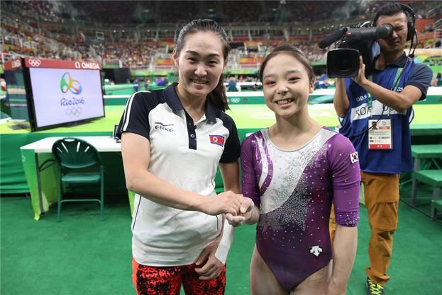 Südkorea (Lee Eun Ju, rechts) und Nordkorea (Hong Un Jong, links) geben sich die Hand.