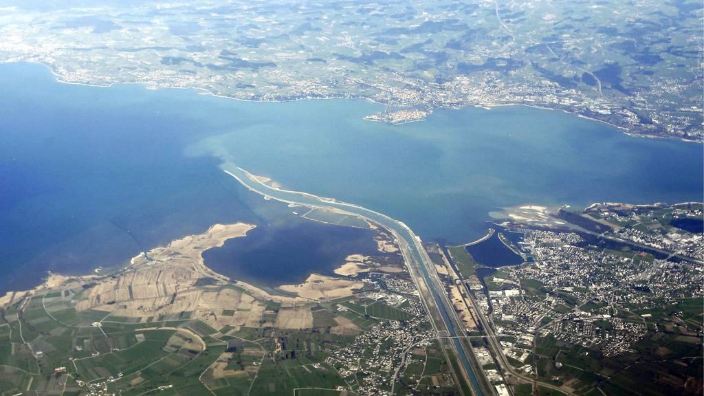 Lastwagen verliert Öl und verschmutzt Bodensee