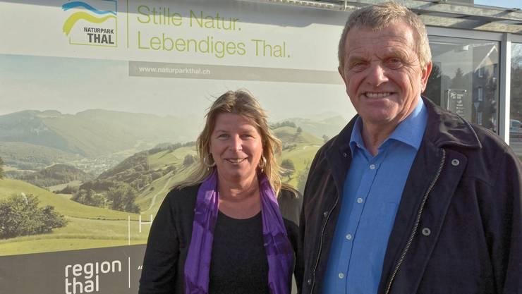 Ines Kreinacke, Geschäftsführerin des Naturparks Thal und Präsident Bruno Born vor der Geschäftsstelle in Balsthal.