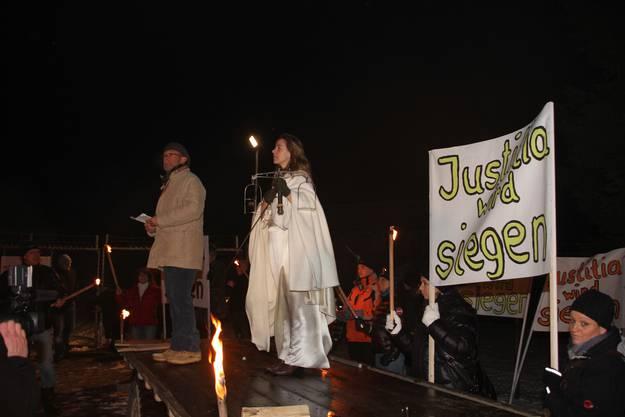 Gemeindeammann Wolfgang Schibler hält neben Justitia eine Rede