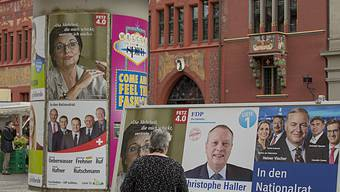Das Plakat von Ständeratskandidatin Anita Fetz hängt - die von ihrem Gegner Julian Eicke fehlen.