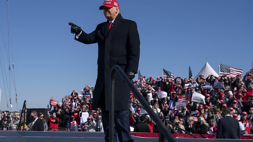 Donald Trump trifft zu einer Wahlkampfkundgebung einem Flughafen in North Carolina ein. Foto: Evan Vucci/AP/dpa