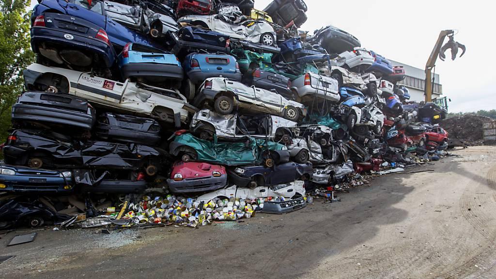 Die Schweiz ist vermutlich Weltmeisterin in der Verwertung von Autos und anderen Altfahrzeugen. 97 Prozent oder 76'000 Tonnen jährlich werden im Land recycelt. (Archivbild)