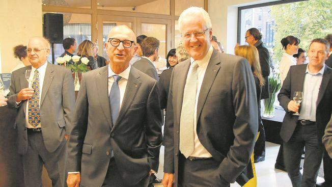 Strahlen mit gutem Grund um die Wette: die Bauherren Heinz Wetter und Werner Eglin (r.). Foto: Walter Schwager