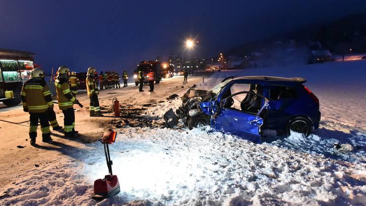 Nach der Bergung wurde der 21-jährige Autofahrer mit der Rega ins Spital geflogen, wo er seinen Verletzungen erlag. (Archiv: 18. Januar 2016)