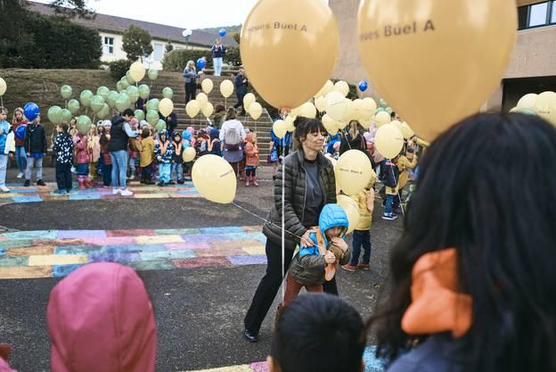 Pro Klassenstufe eine Farbe: Die Schülerinnen und Schüler erhielten je einen Ballon.