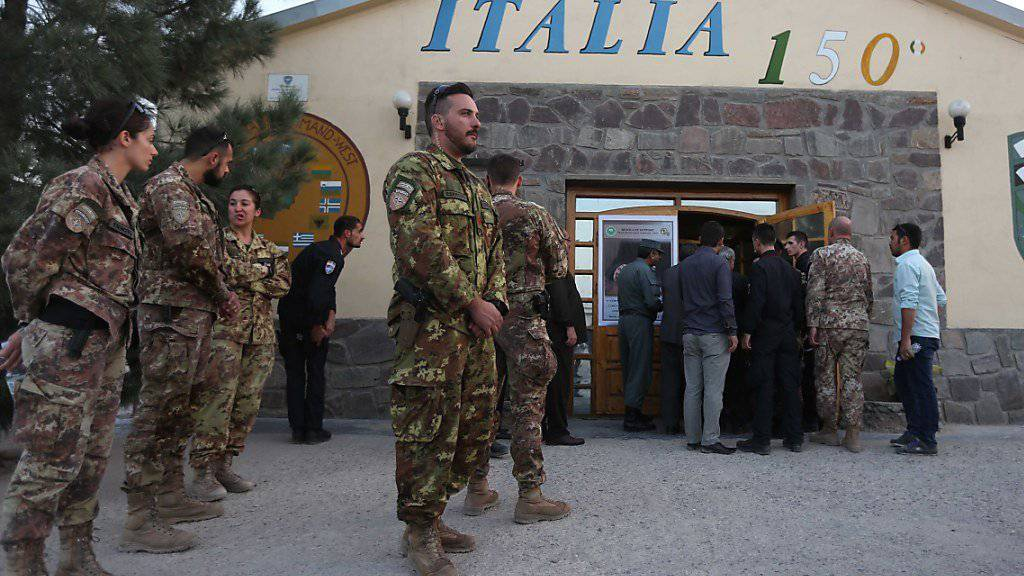 Italienische Soldaten der NATO-Mission Resolute Mission im afghanischen Herat: Die NATO-Staaten wollen mehr Militärexperten an den Hindukusch schicken, um die afghanischen Streitkräfte auszubilden.