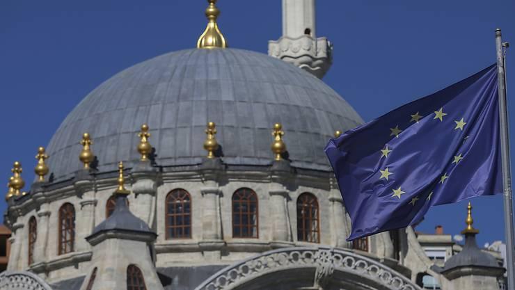 Eine EU-Fahne weht vor der Nispetiye-Moschee in der türkischen Metropole Istanbul. (Archivbild)